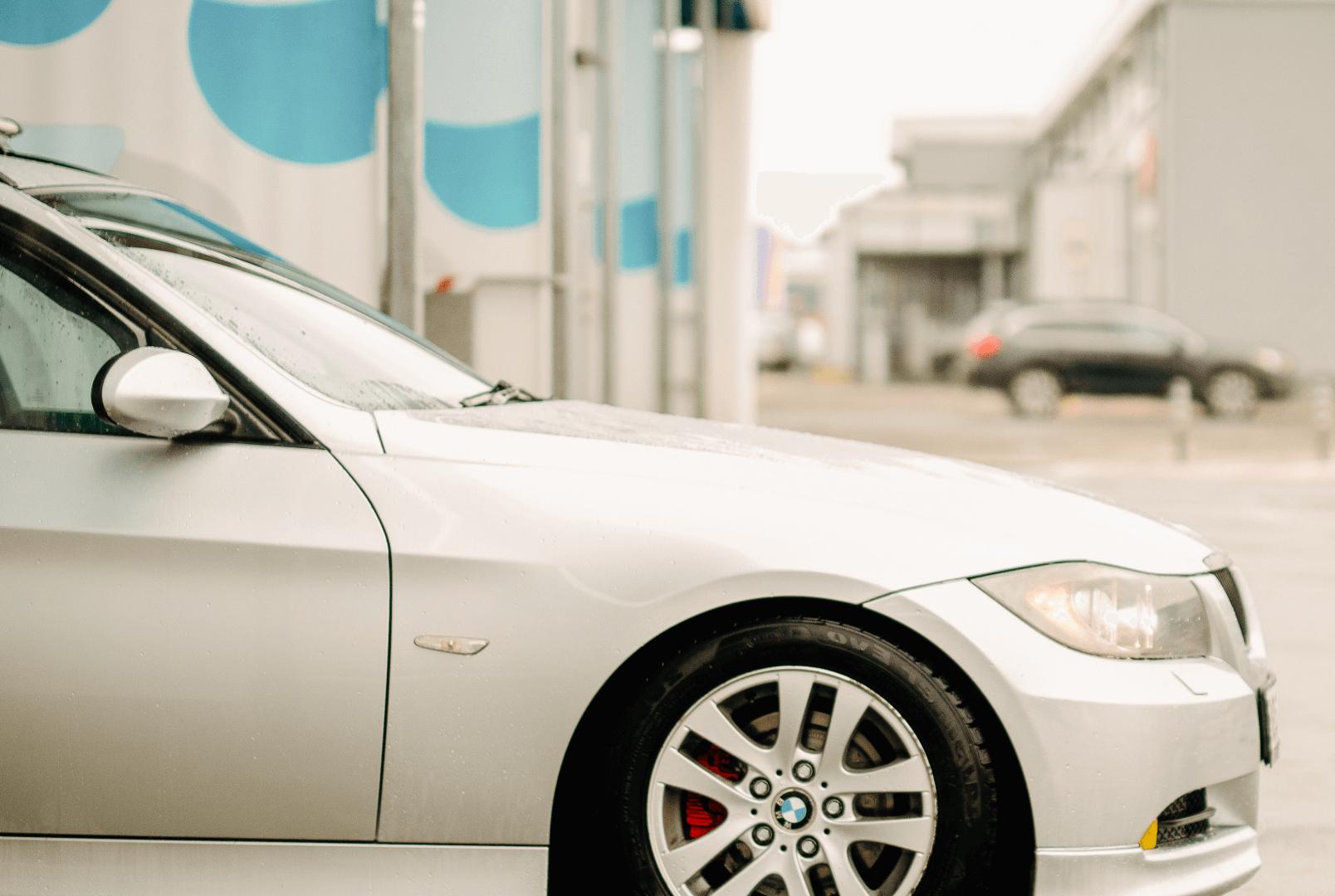 automobilis-plovykloje